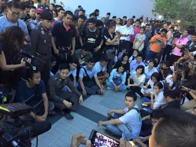 Mahasiswa berkumpul di plaza dalam aksi peringatan kudeta. Mereka kemudian ditangkap oleh polisi. Foto dari halaman Facebook LLTD